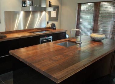 стол из древесины черного ореха
